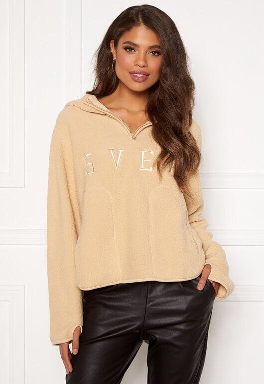En beige hoodie i pile-material från Svea.