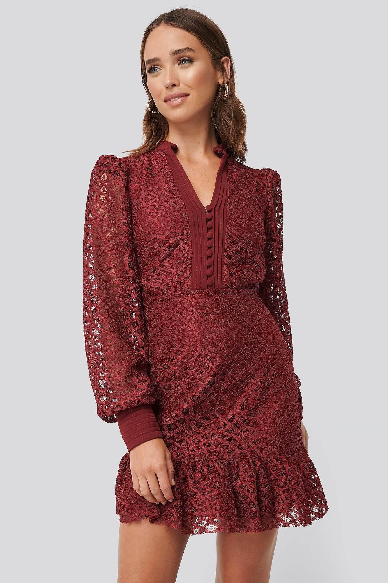 En röd detaljrik klänning från Trendyol.