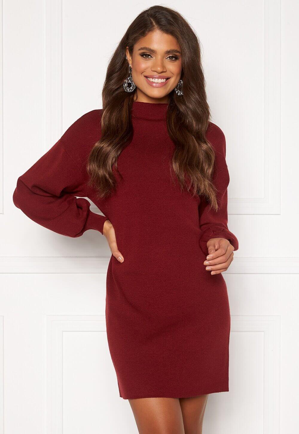 Röd stickad klänning med hög krage från Vero Moda.