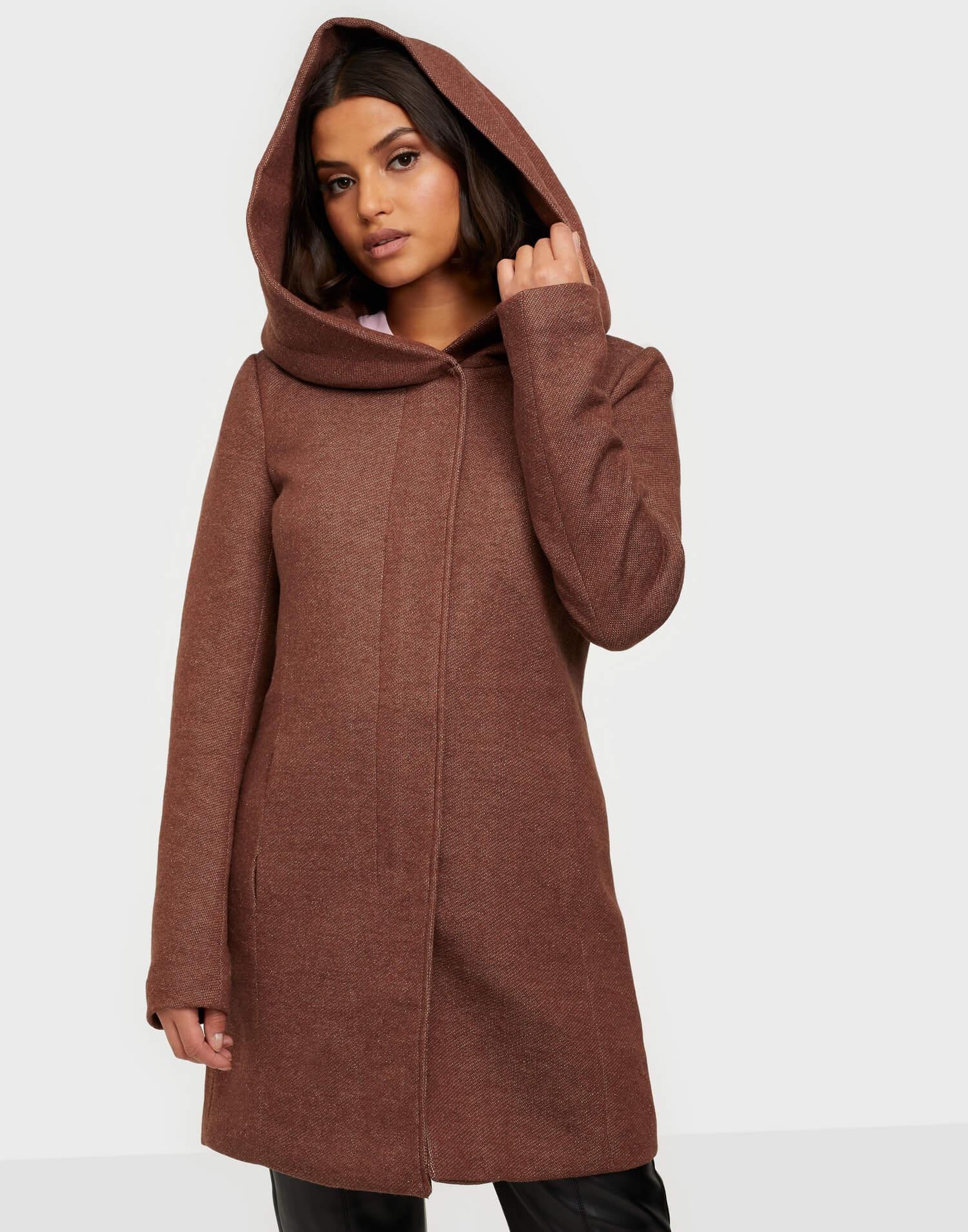 En brun kappa med huva från Only.