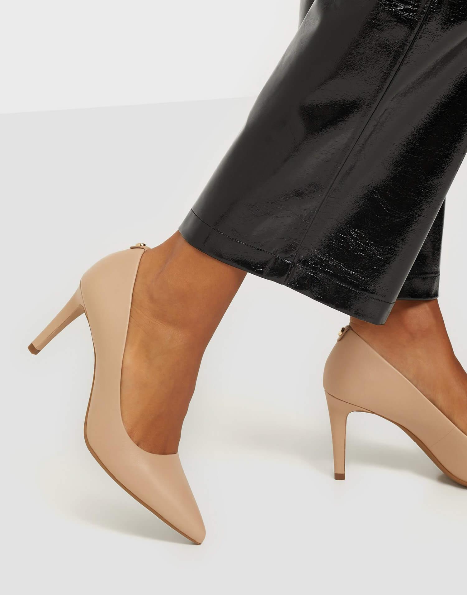 Rosa pumps i äkta läder från Michael Michael Kors.