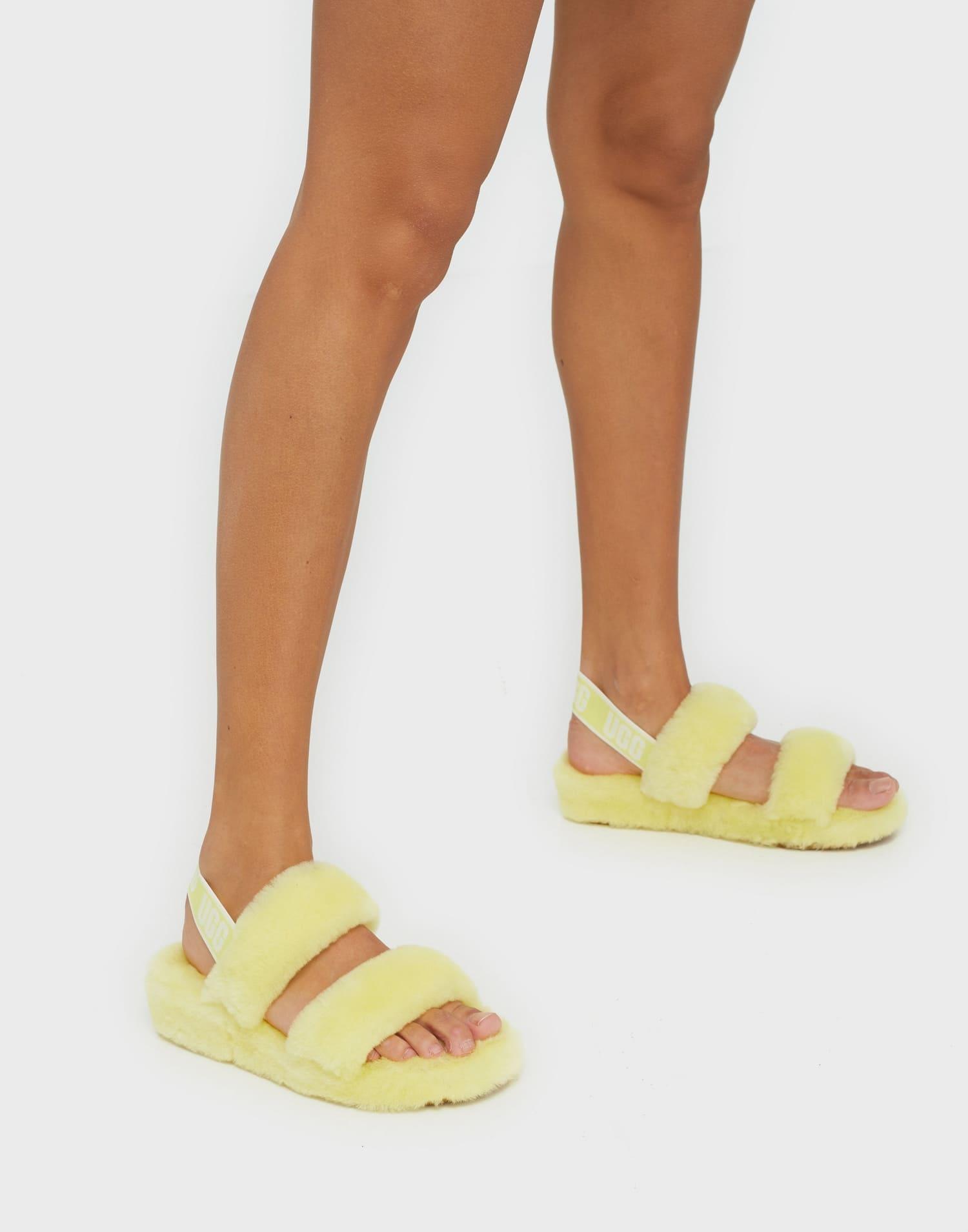 Ljust gula sandaler för dam