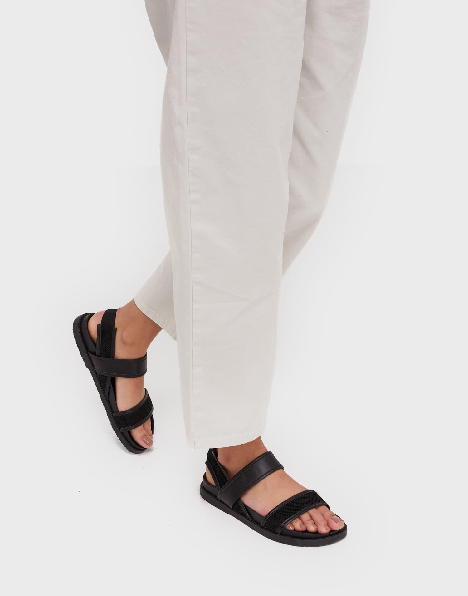 Svarta låga sandaler för dam 2021