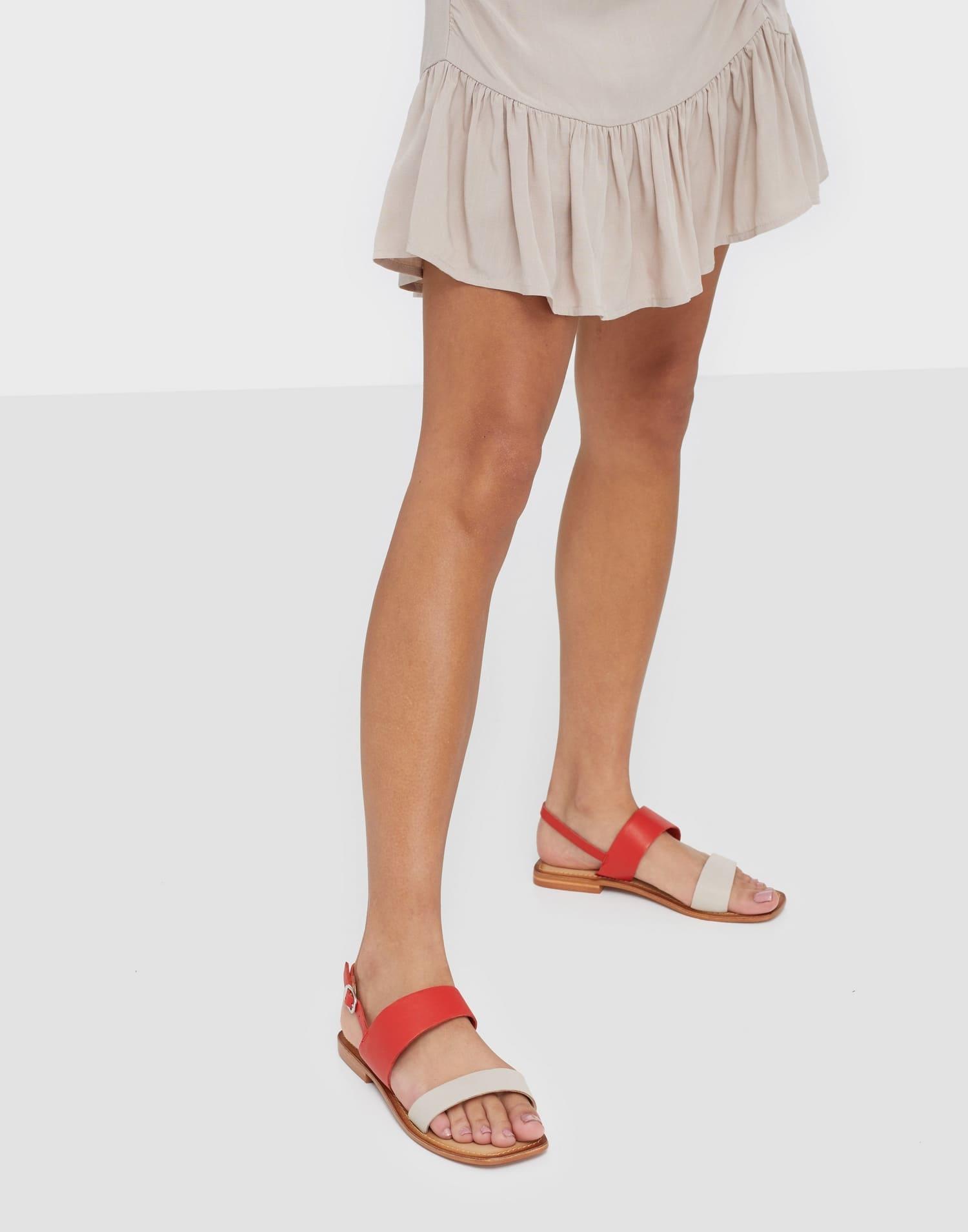 Vita och röda sandaler för dam 2021