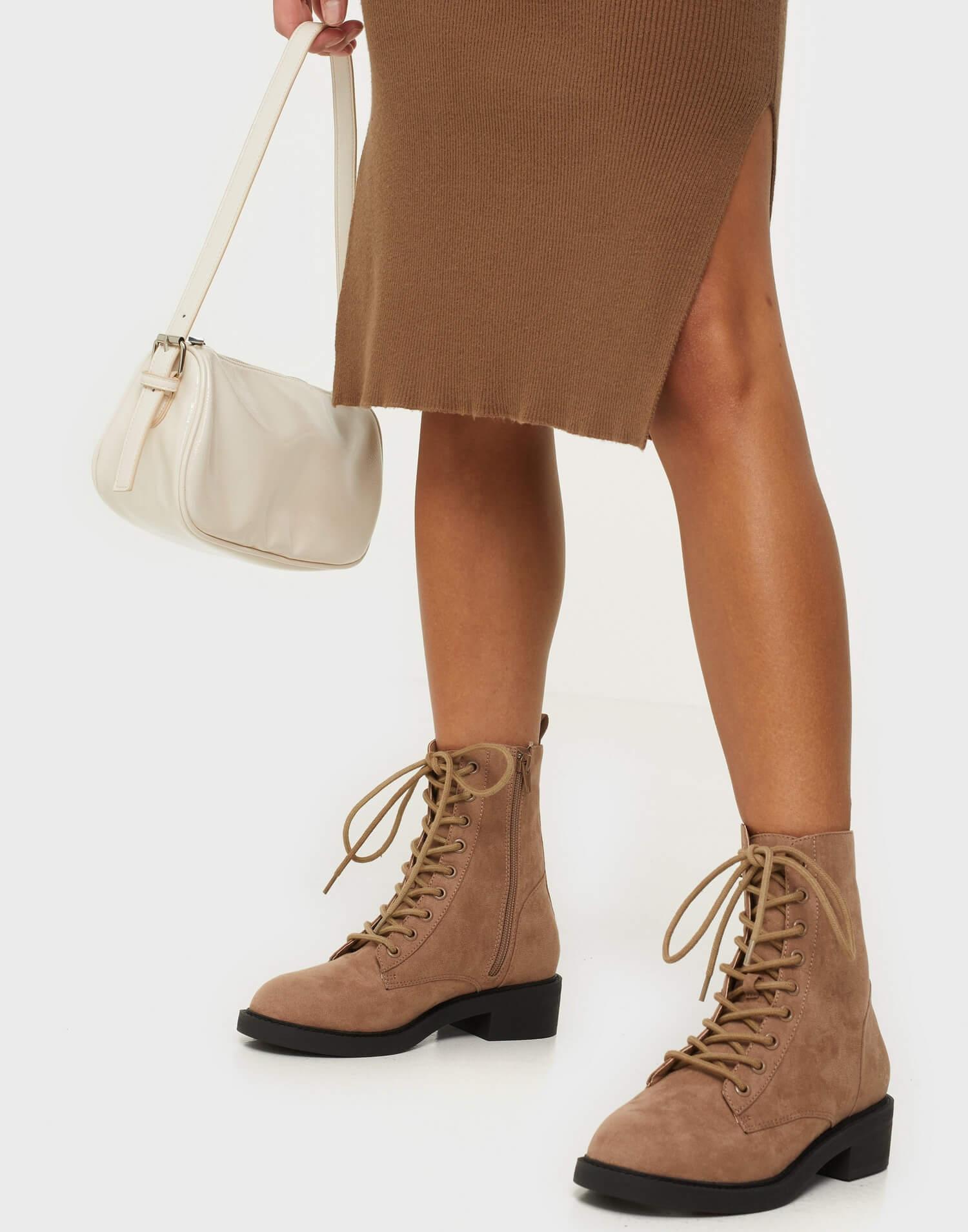 Nougatfärgade boots i mockaimitation från NLY Shoes.