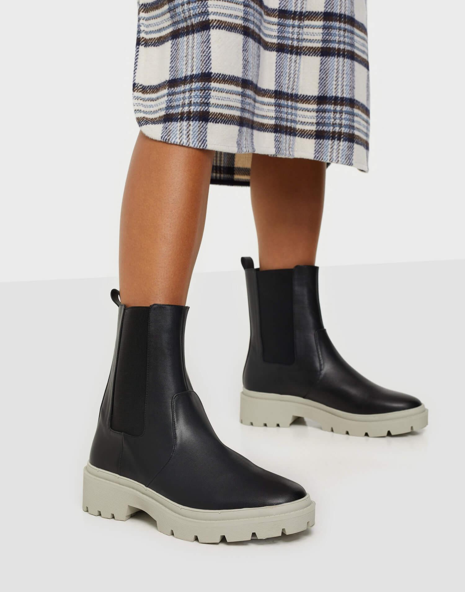 Svarta kängor i läderimitation med kontrastfärgad sula från NLY Shoes.