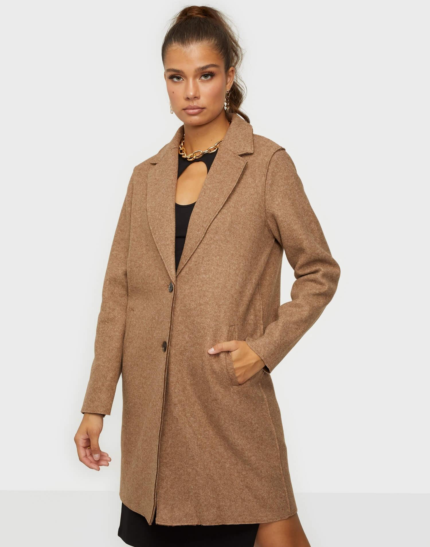En ofodrad kappa från Only i brun färg.