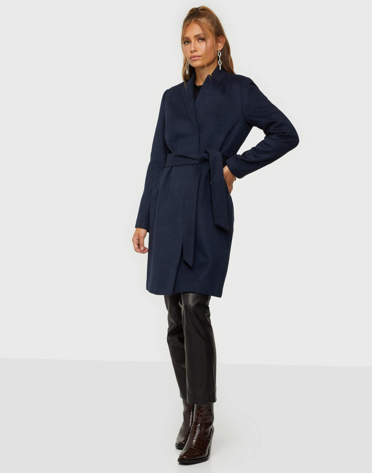 En knälång ullkappa i mörkblå färg från Selected Femme.