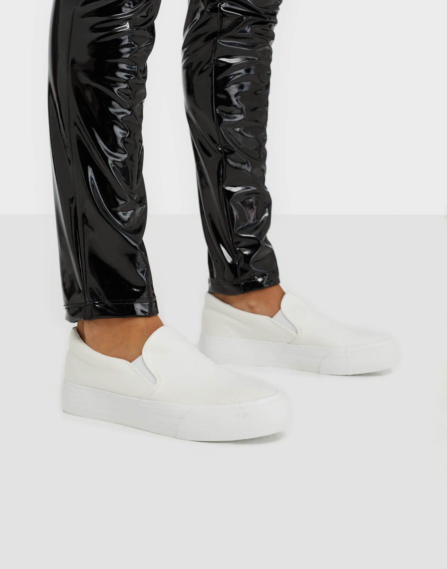 Vita slip on-sneakers från Duffy.