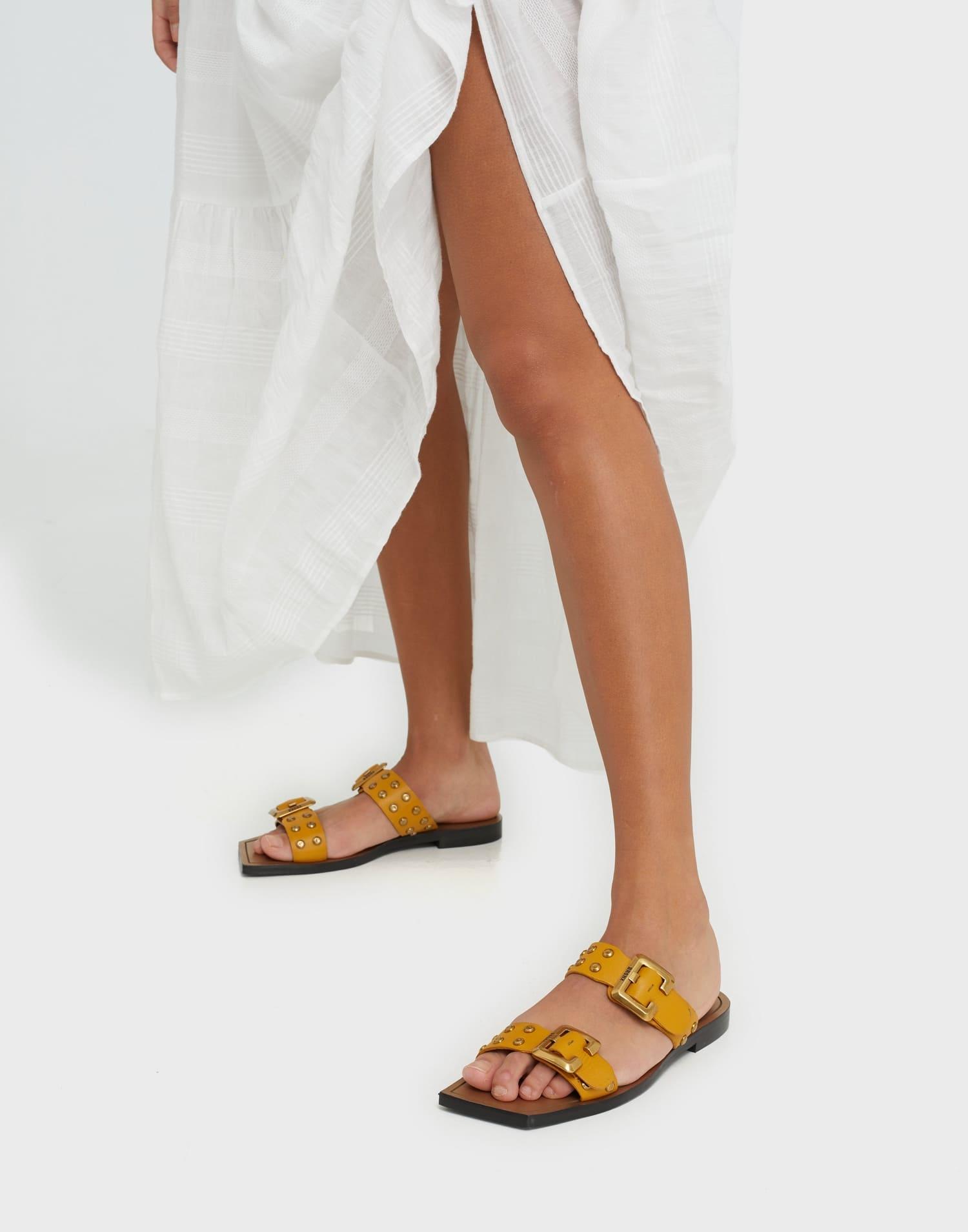 Låga gula sandaler för dam 2021