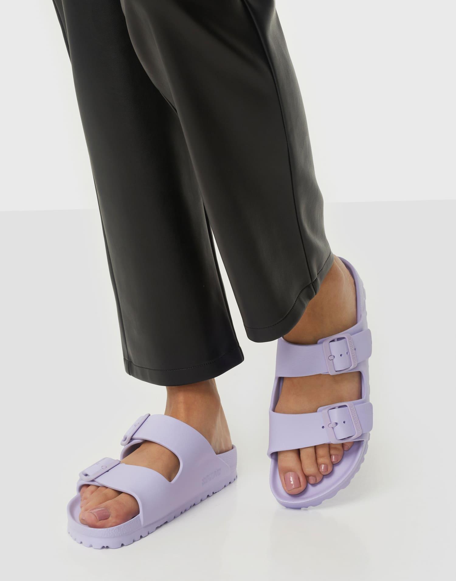 Ljuslila fotriktiga sandaler för dam