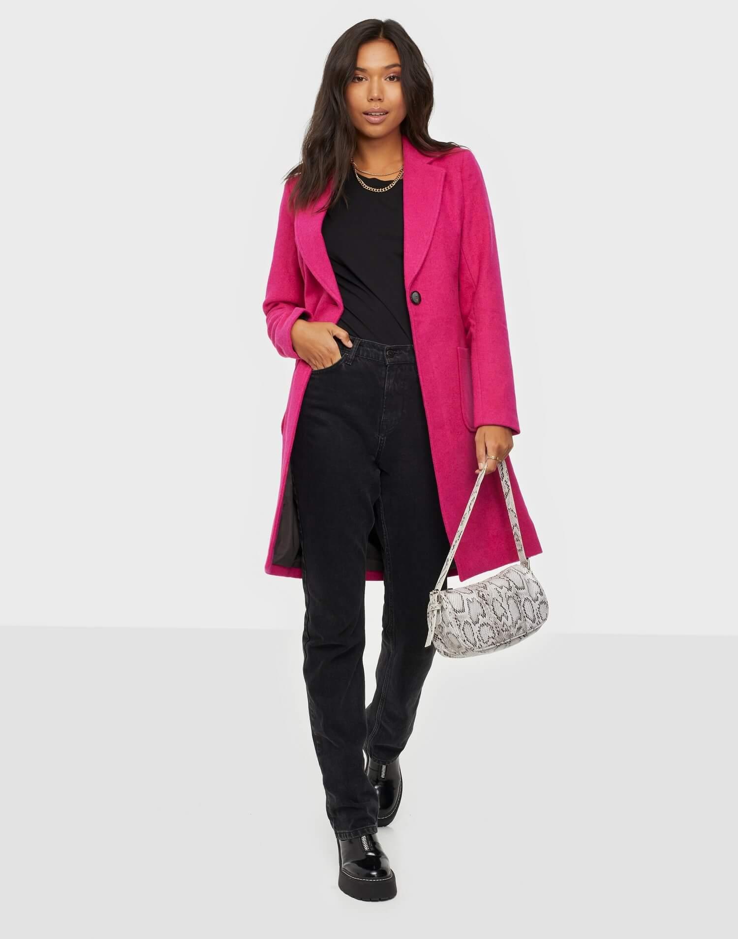 En färgstark rosa kappa från Only.