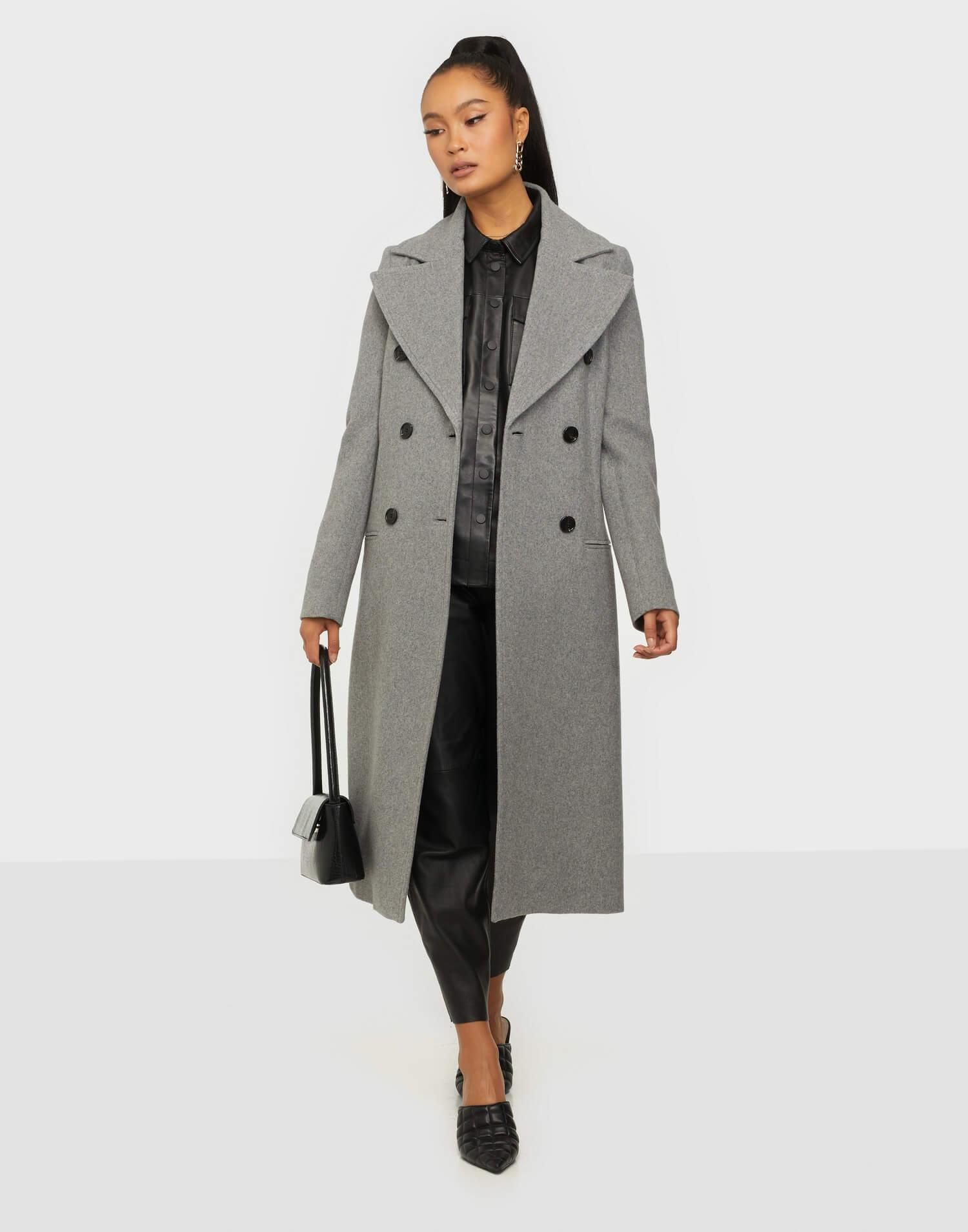 En grå, rak kappa från By Malene Birger.