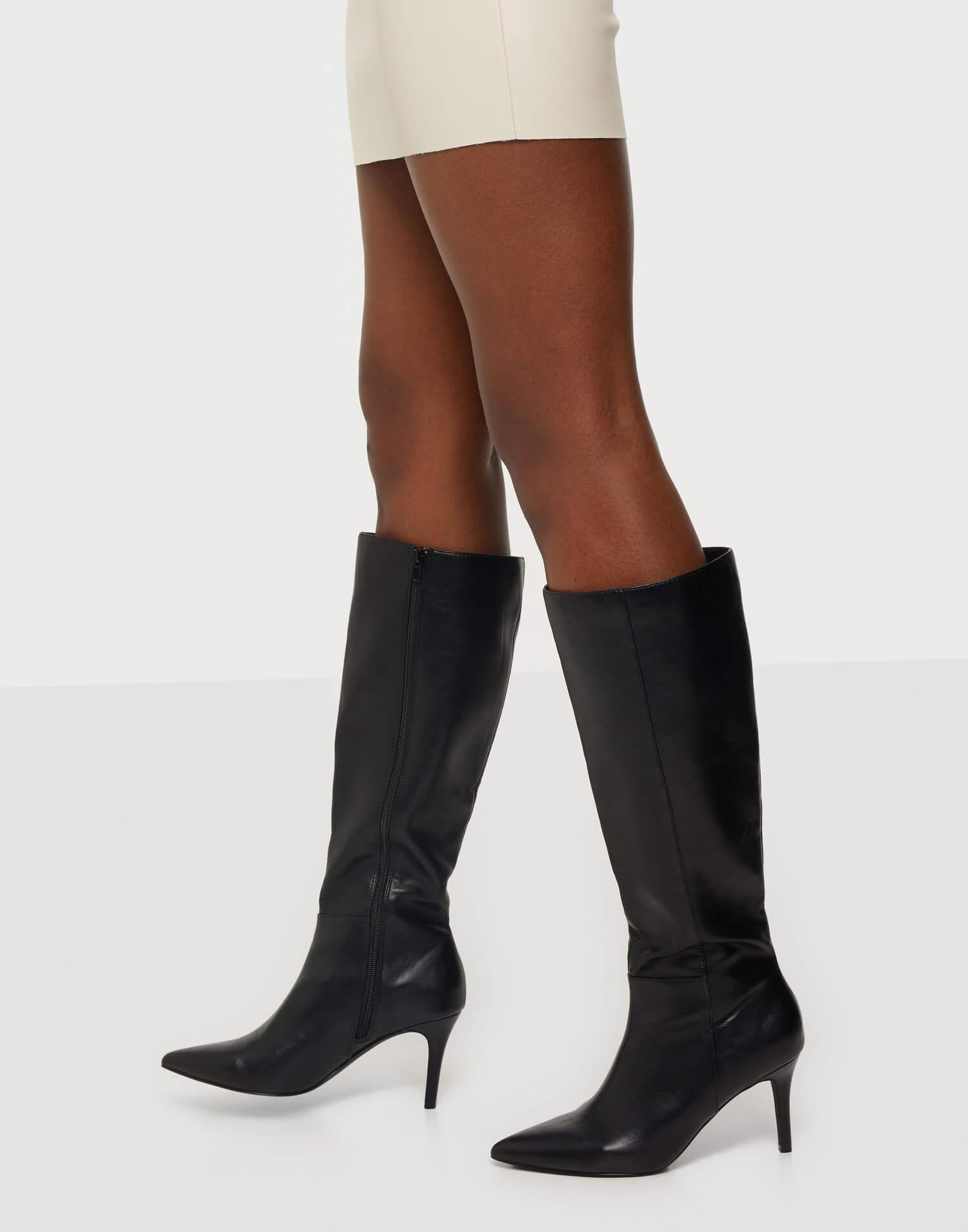 Svarta, höga stövletter från NLY Shoes i läderimitation med låg stilettklack.