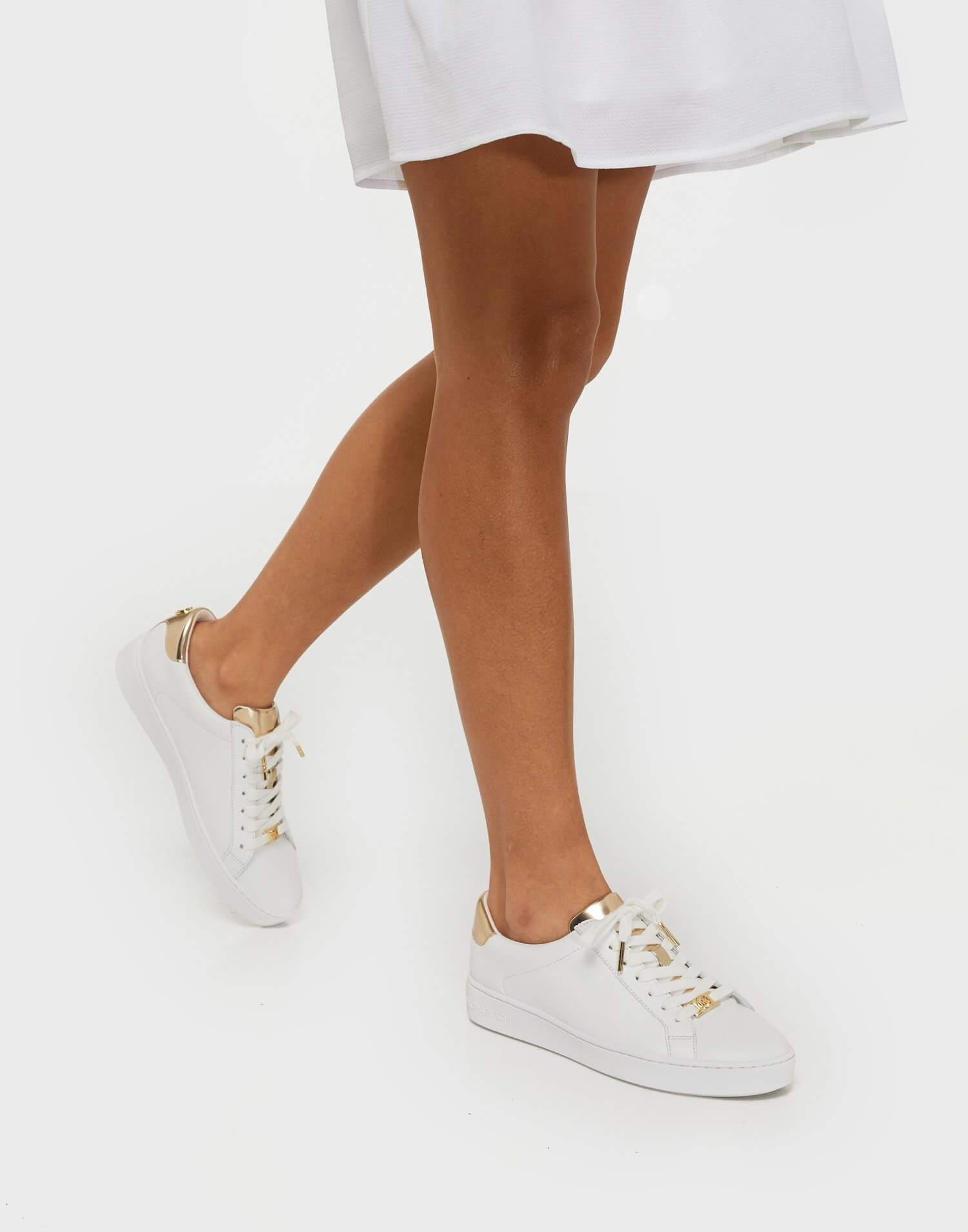 Vita sneakers med partier i guldmetallic färg från Michael Michael Kors.