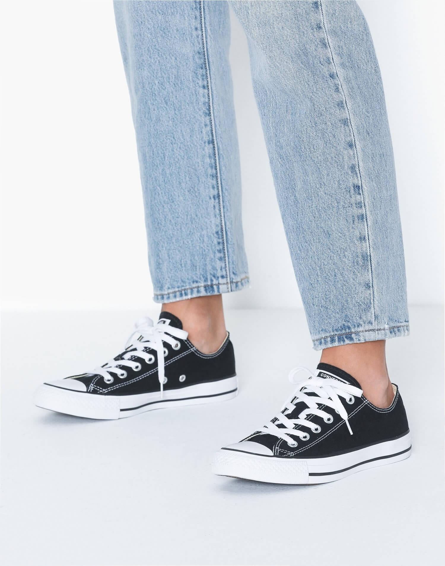 Ett par låga, klassiska sneakers från Converse.