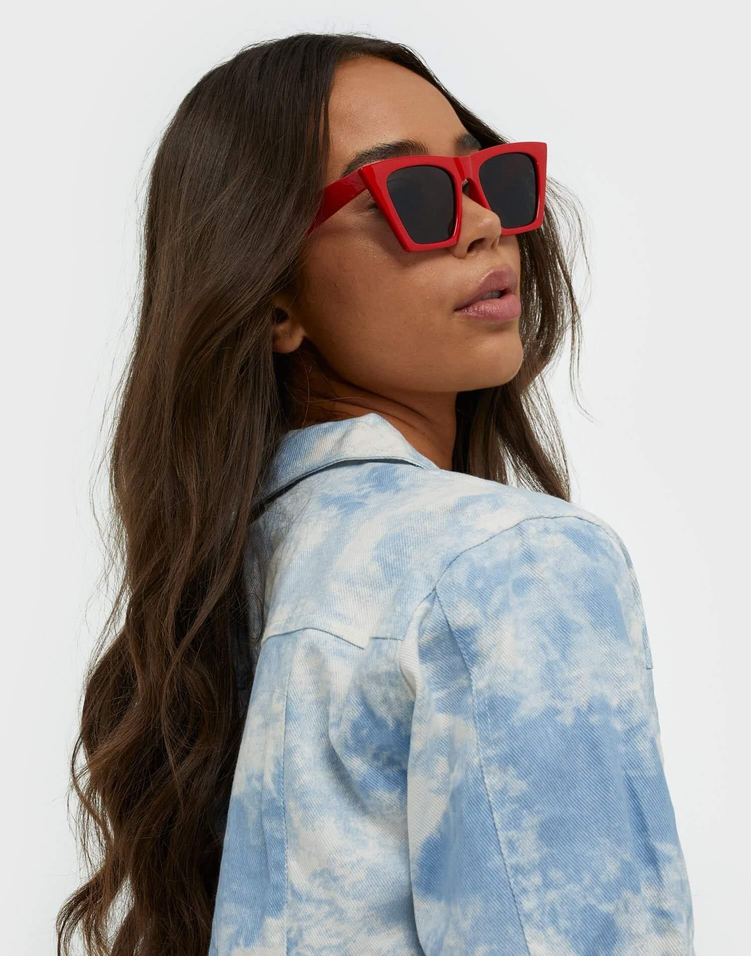 Röda solglasögon med kantig design från NLY Accessories.