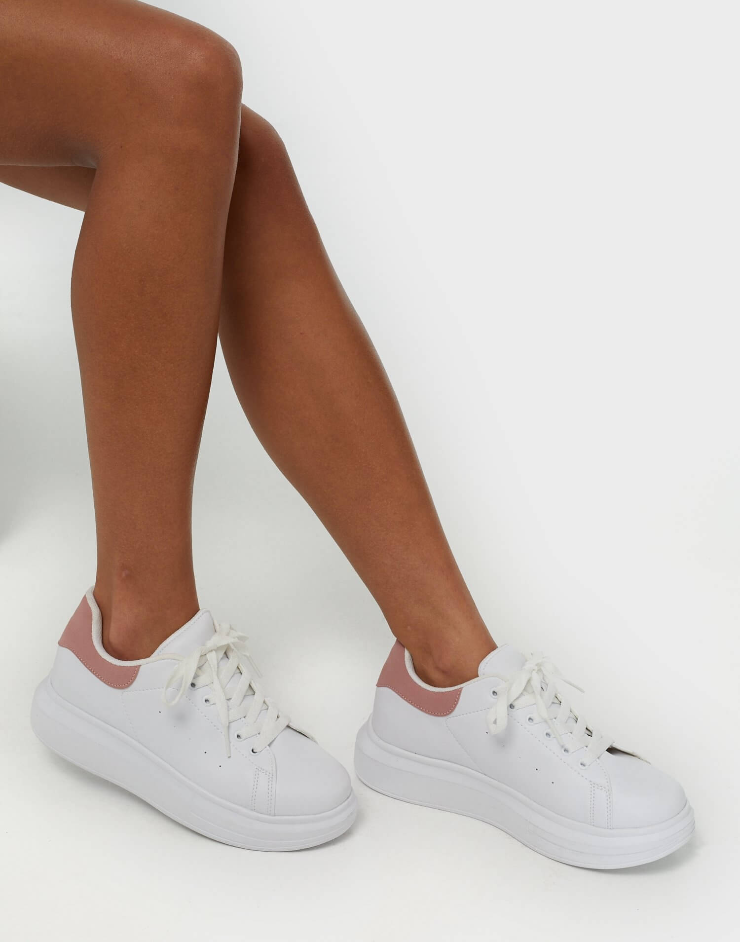 Sneakers i läderimitation med ett rosa kontrastparti i hälen, från NLY Shoes.
