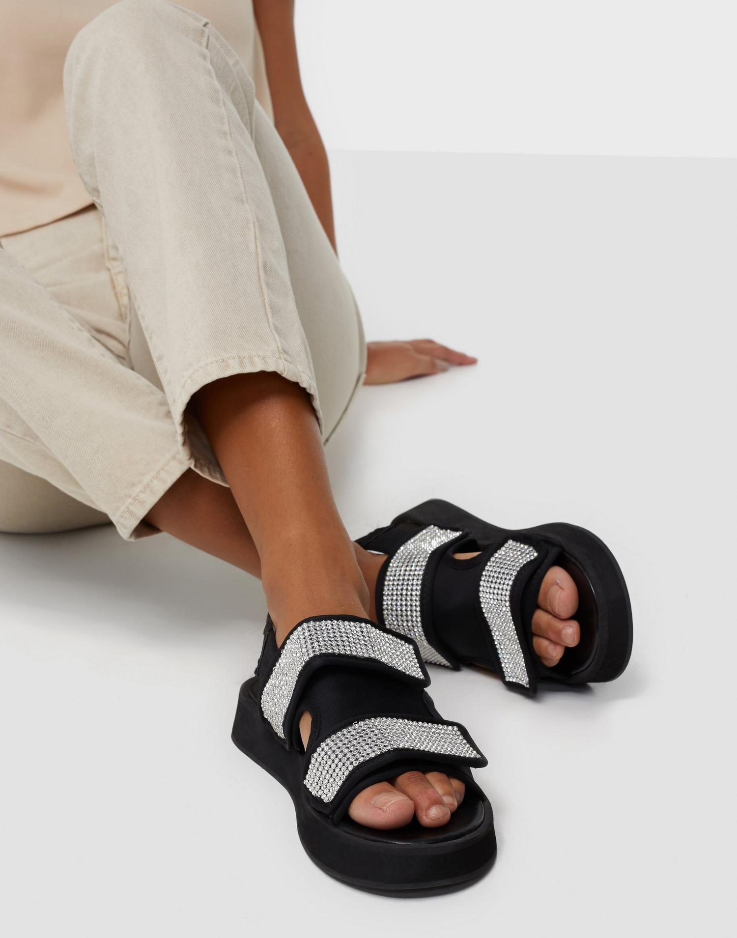 Svarta sandaler för dam med diamant detaljer
