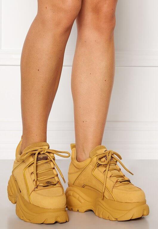 Ett par gula chunky sneakers från Buffalo.