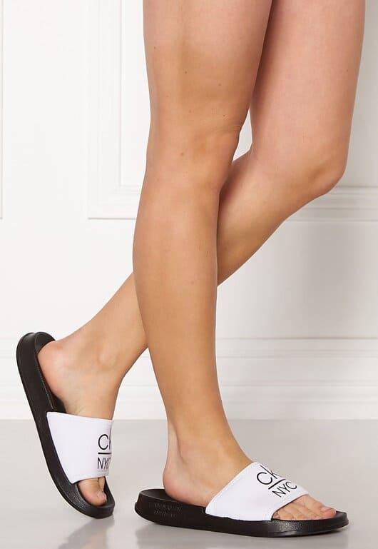 Svarta och vita sandaler för dam