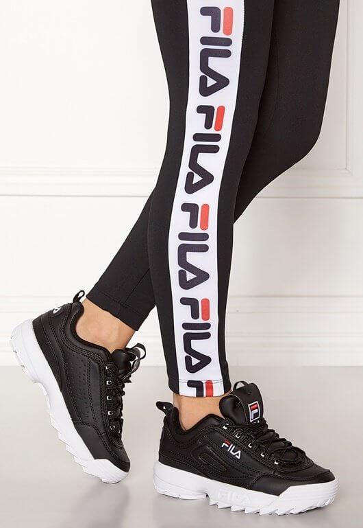 Ett par svarta sneakers från Fila med vit sula.