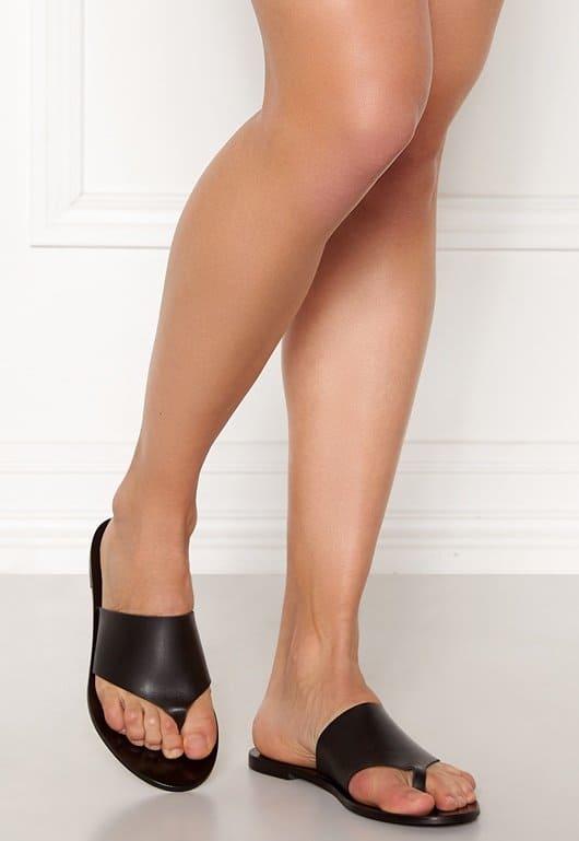 Sandaler i svart skinnmaterial för dam