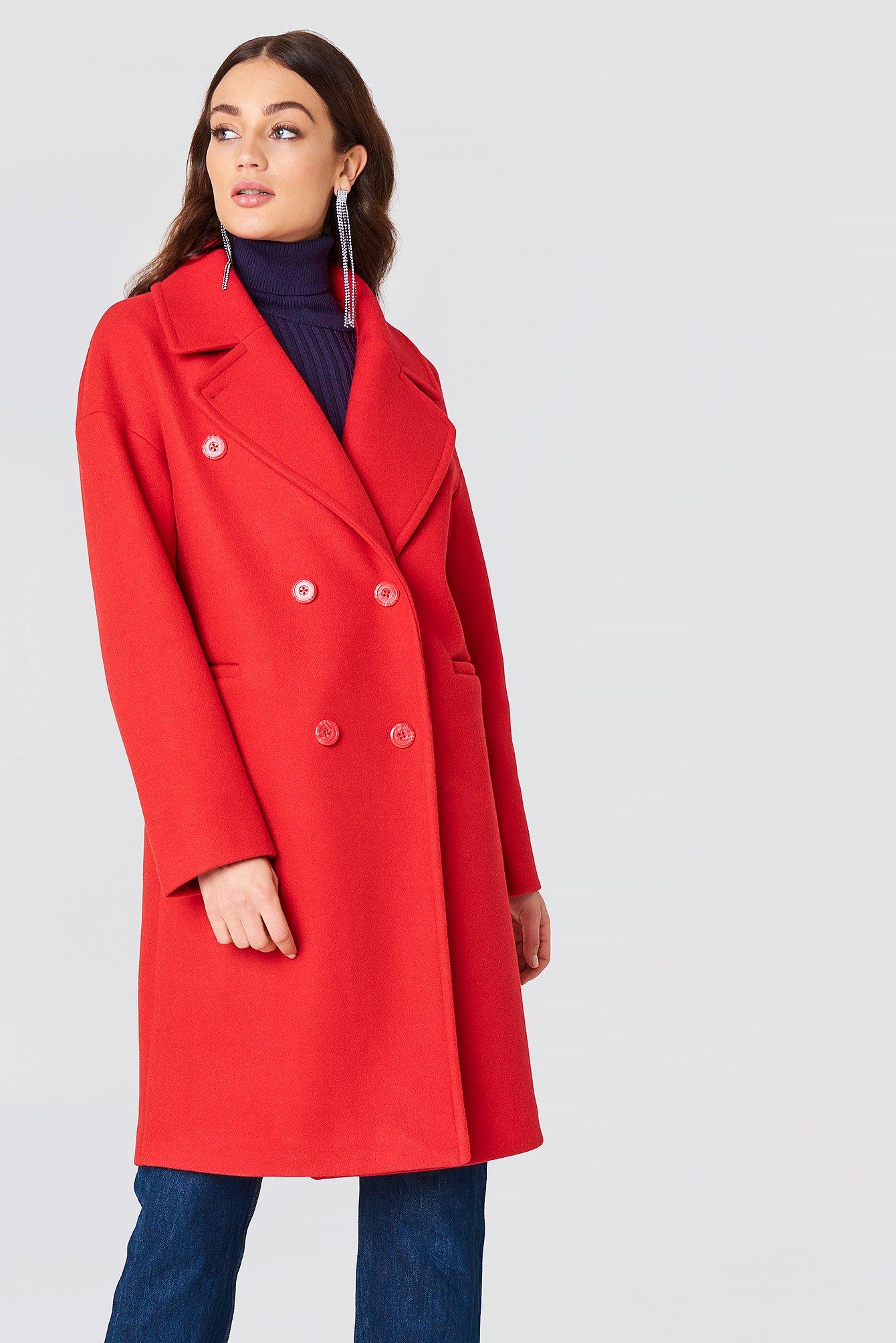 En röd, knälång kappa från NA-KD.