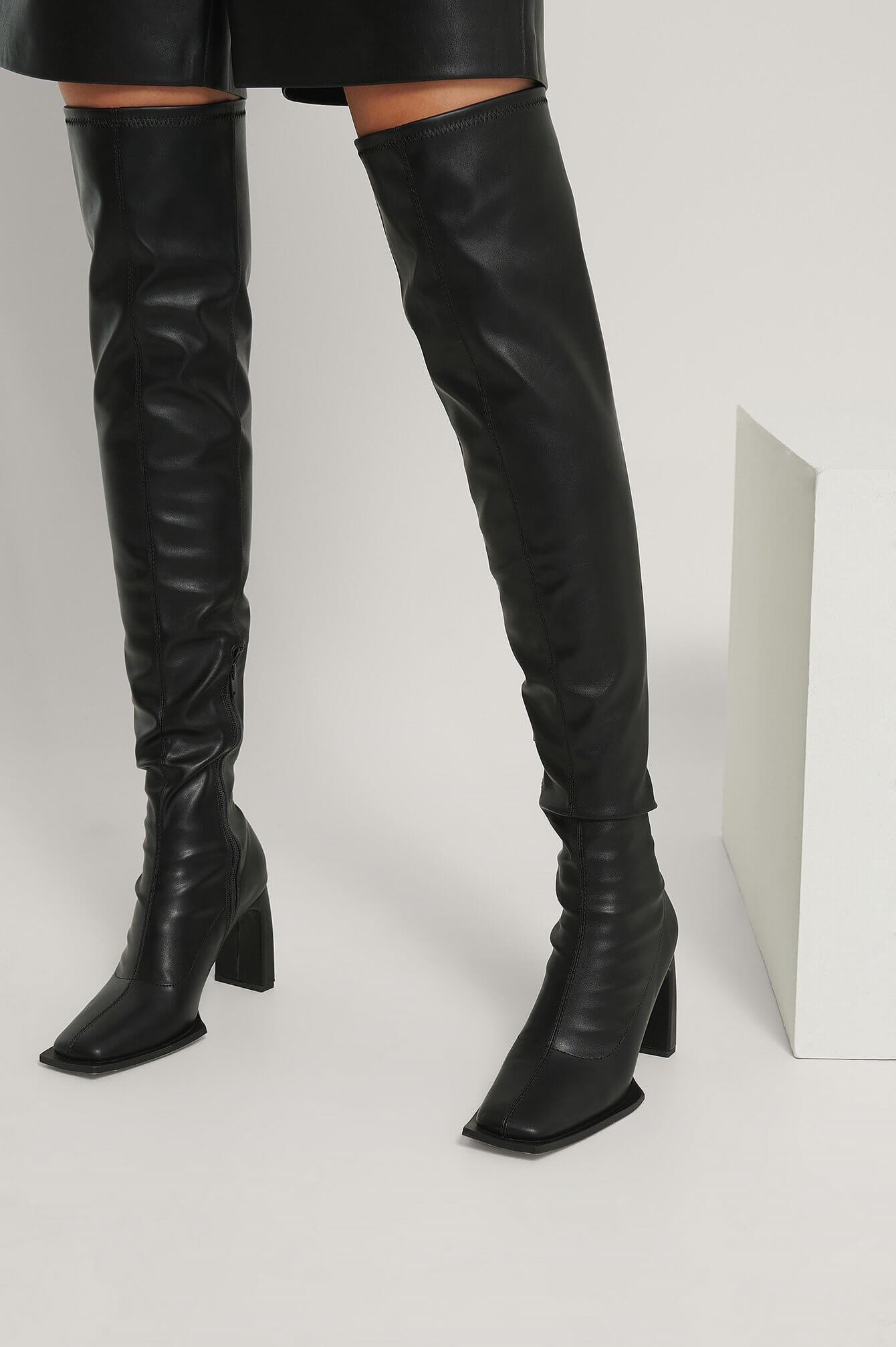 Ett par svarta stövletter i overknee-modell från NA-KD Shoes.