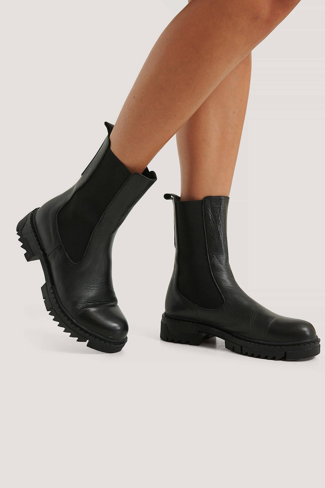 Svarta ankelboots i läder från NA-KD Shoes.