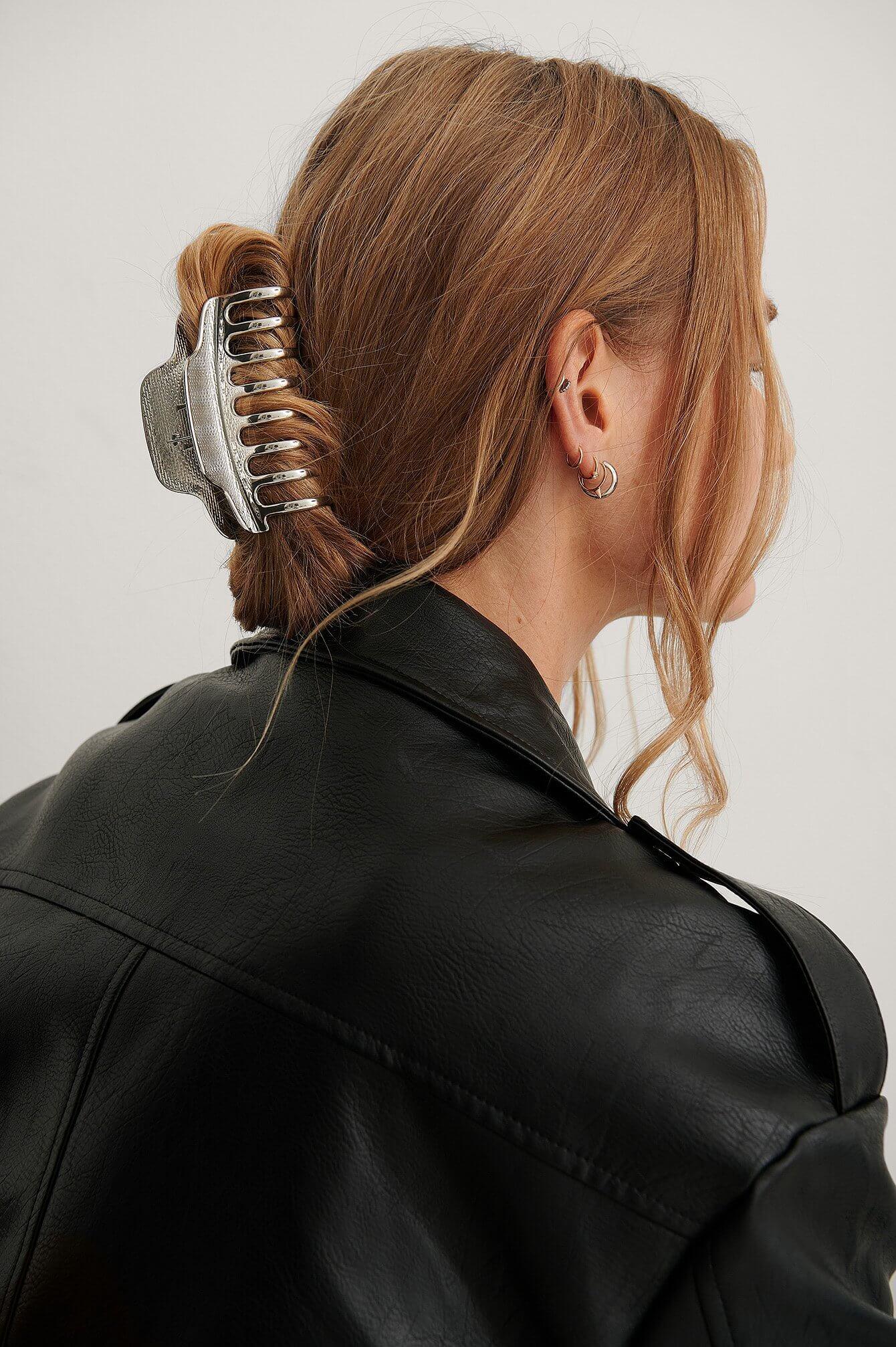 En silverfärgad oval hårklämma från NA-KD Accessories.