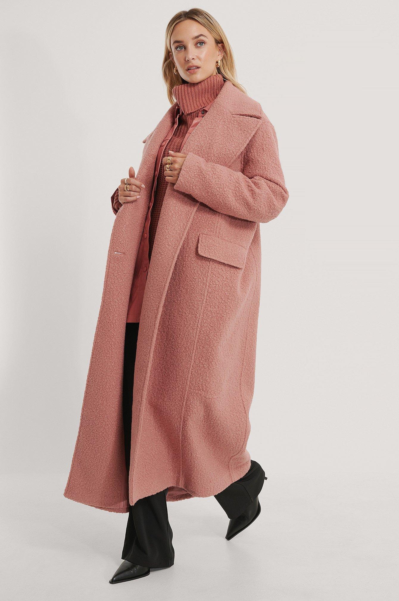 En rosa lång kappa i teddymaterial från NA-KD.