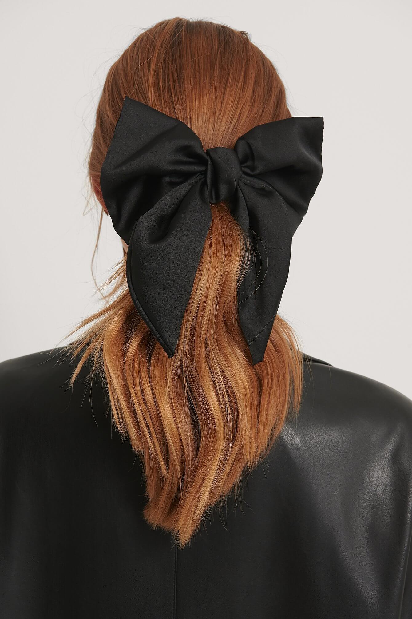 En svart hårklämma med en stor rosett från NA-KD Accessories.