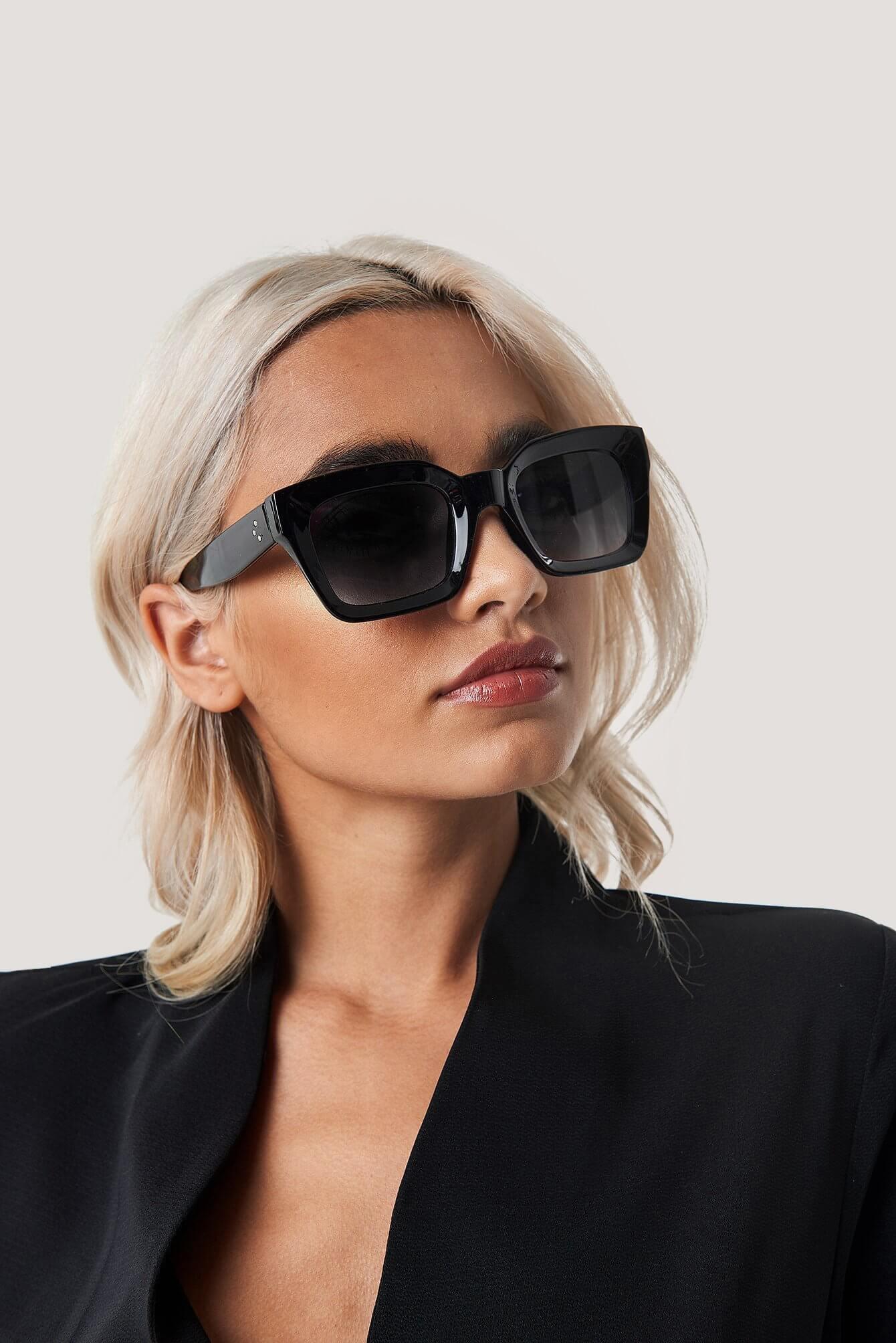 Fyrkantiga solglasögon med svart ram från NA-KD Accessories.