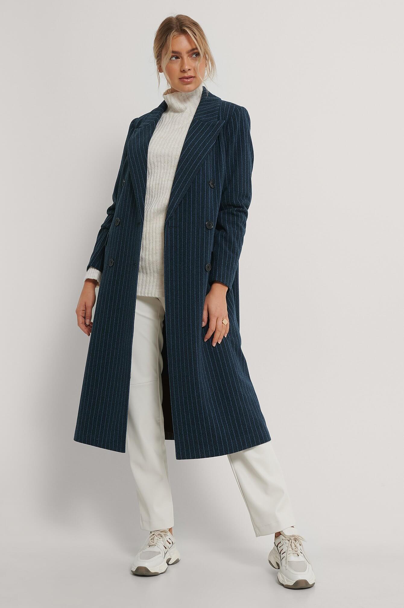 En lång kappa från NA-KD i blått, randigt motiv.