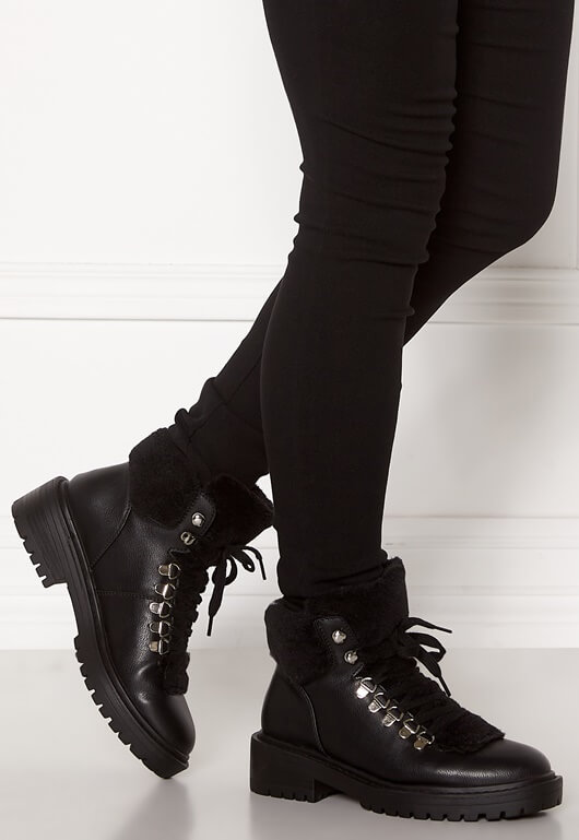 Ett par svarta boots med fuskpälskant från ONLY.