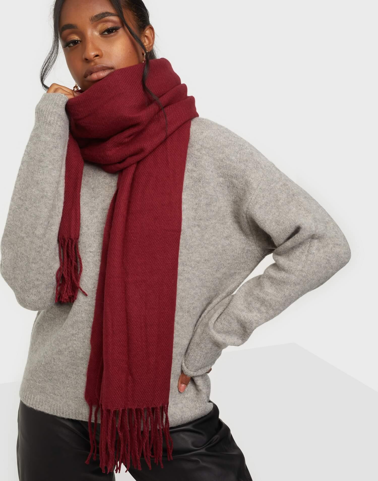 En röd tjock scarf från Only.
