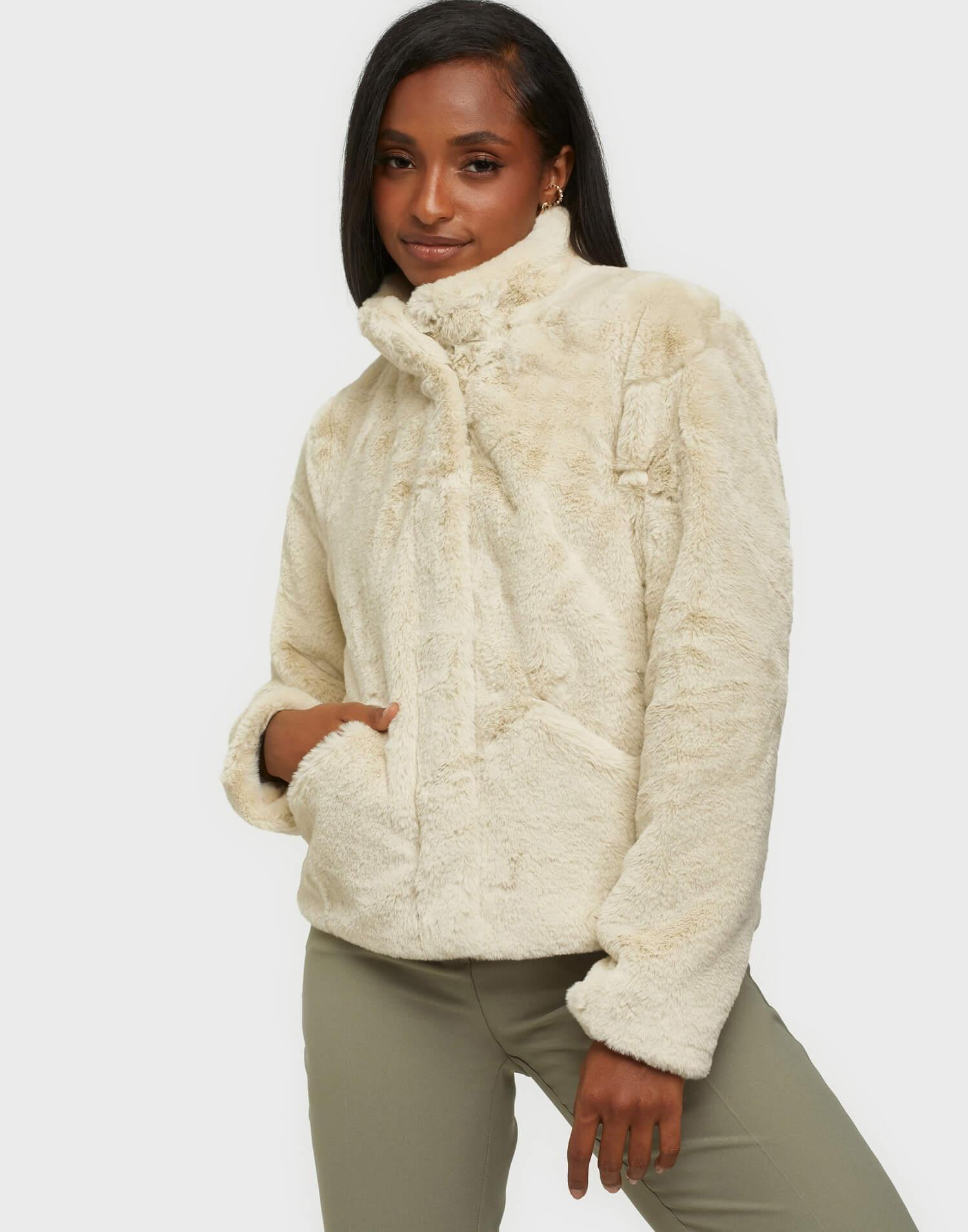 Kort, vit fuskpälsjacka med hög krage från Only.