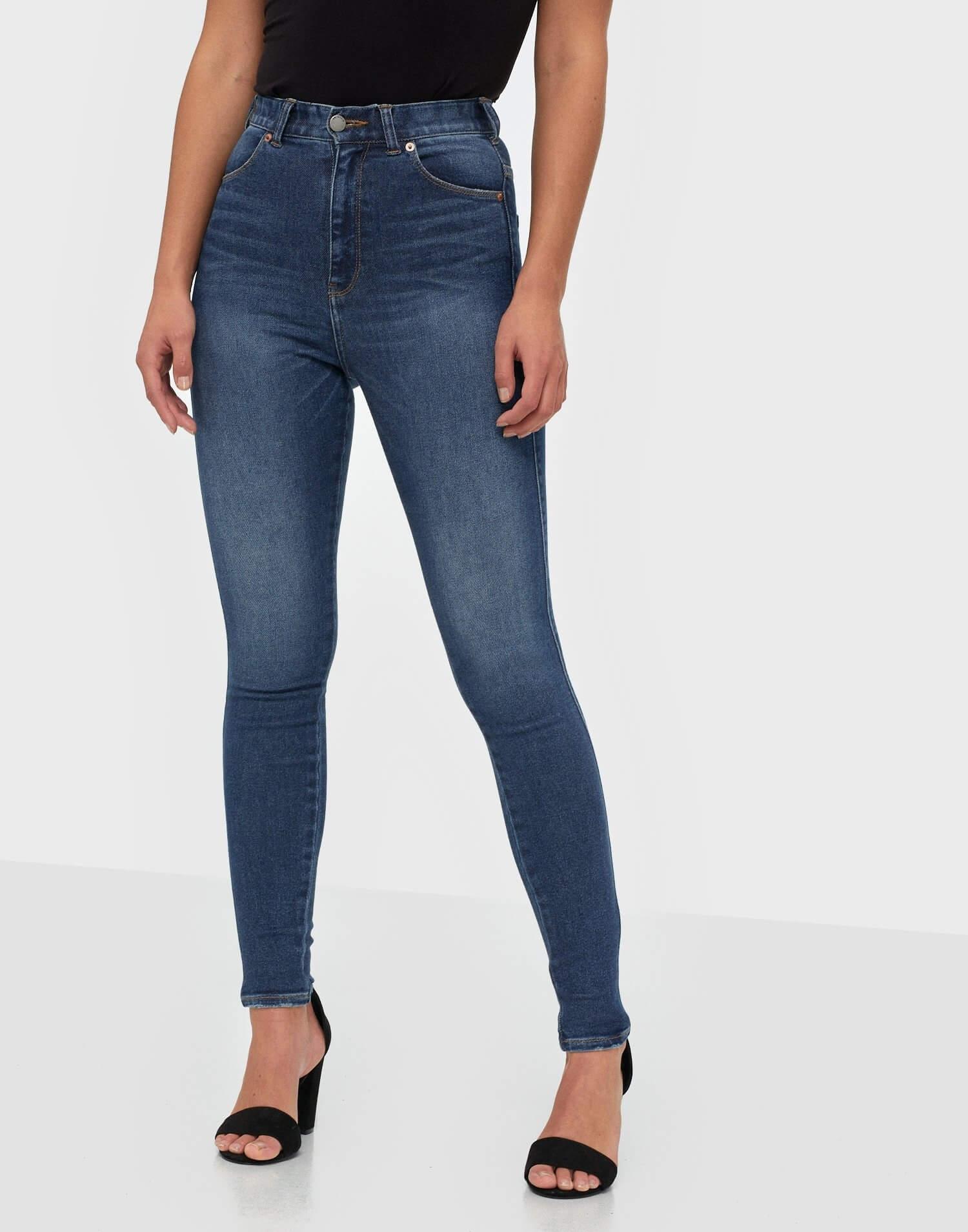 Ett par tighta, blåa jeans från Dr Denim.