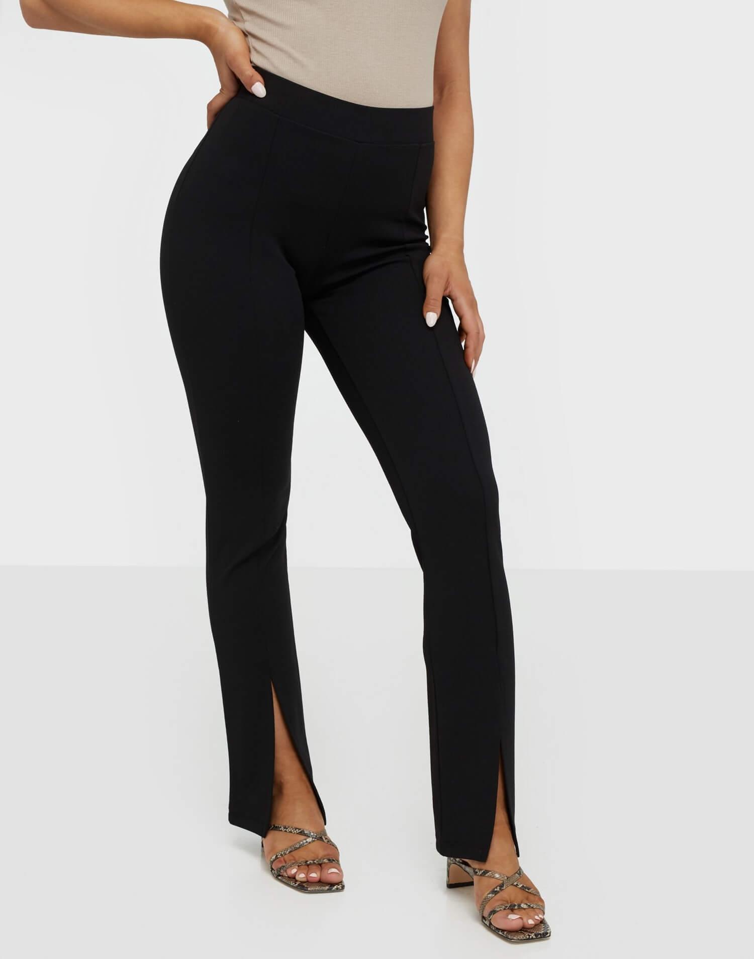 Svarta byxor tillverkade av trikåmaterial från NLY Trend.