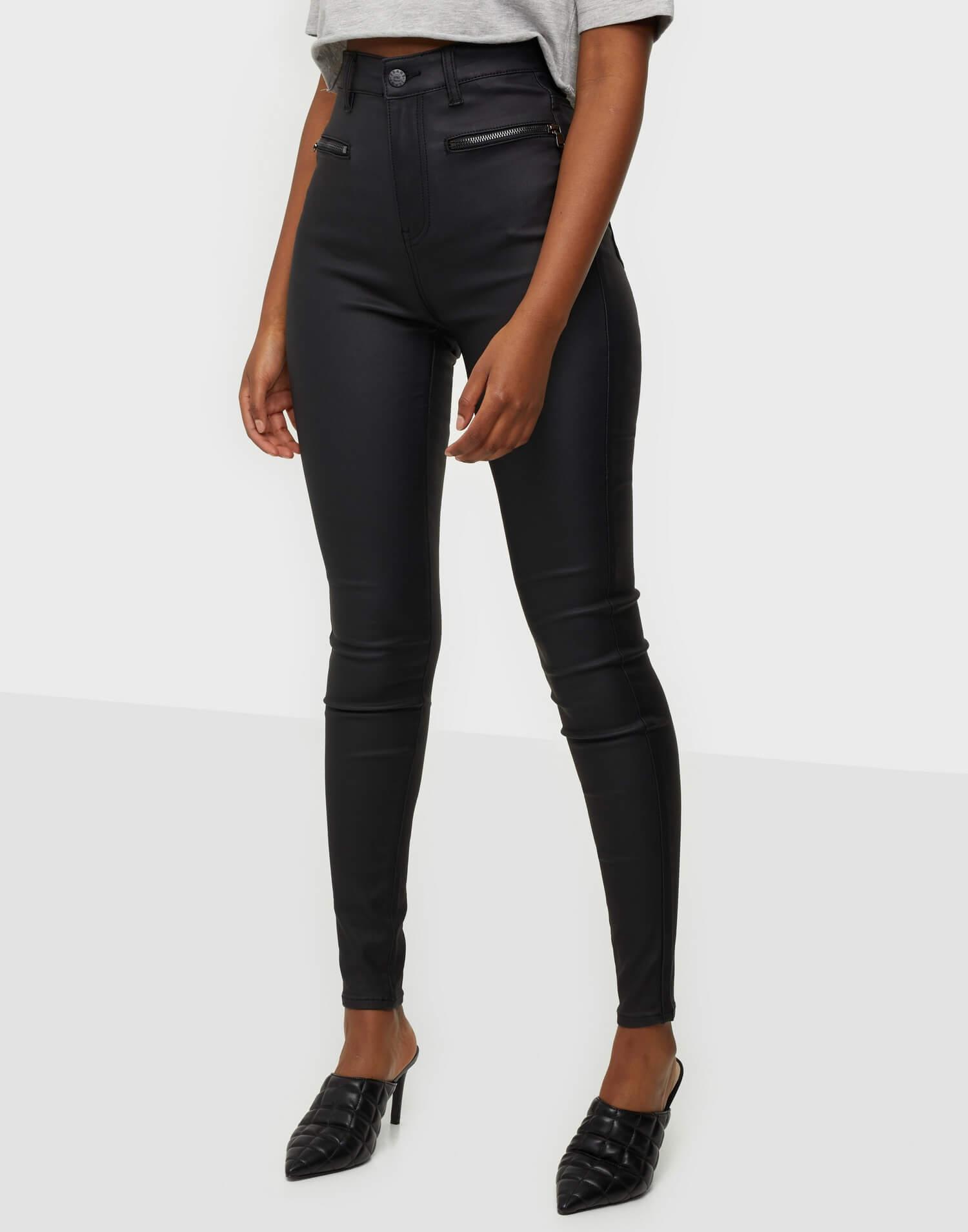 Tighta byxor i läderimitation från NLY Trend.