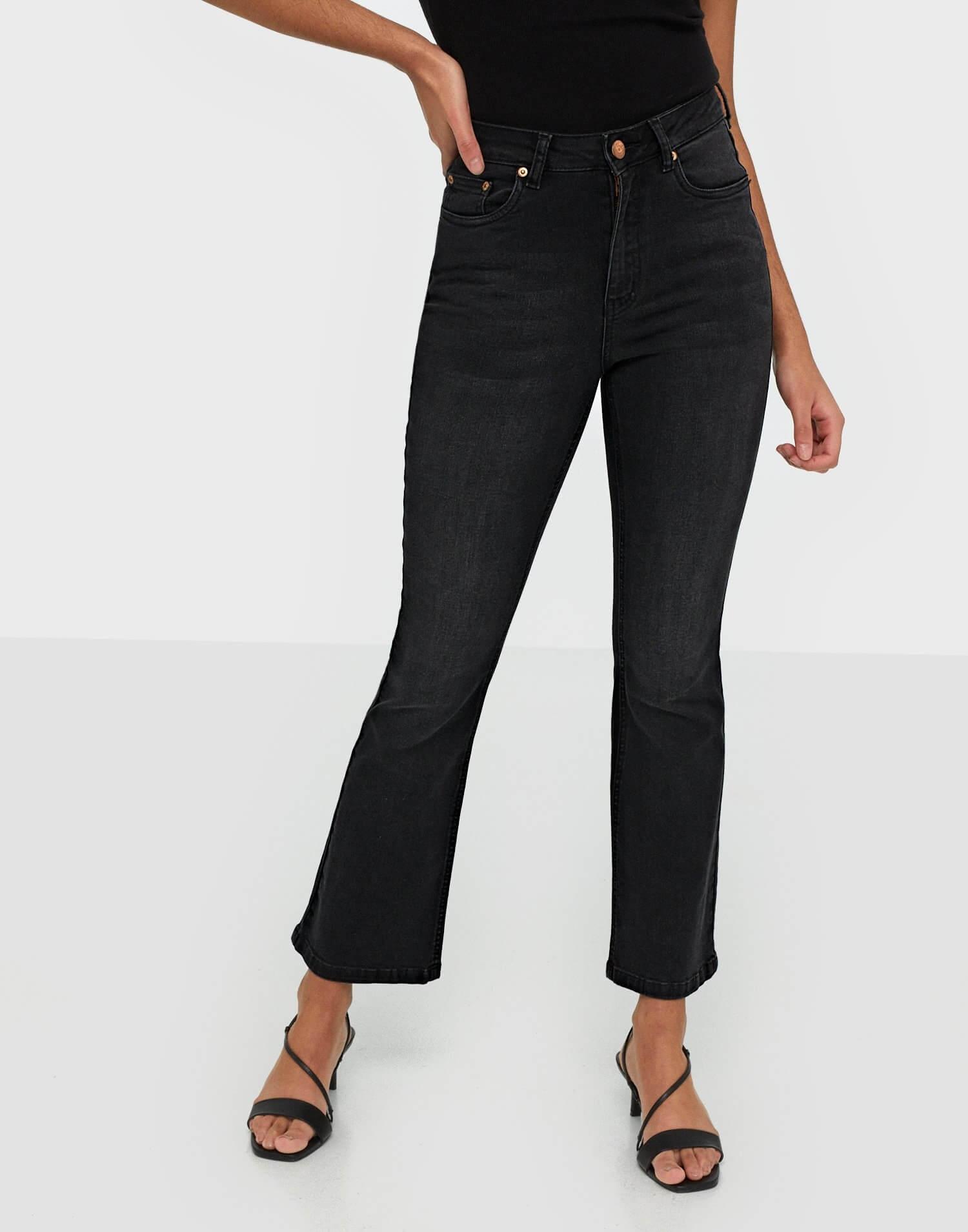 Svarta jeans i flare fit från Gestuz.