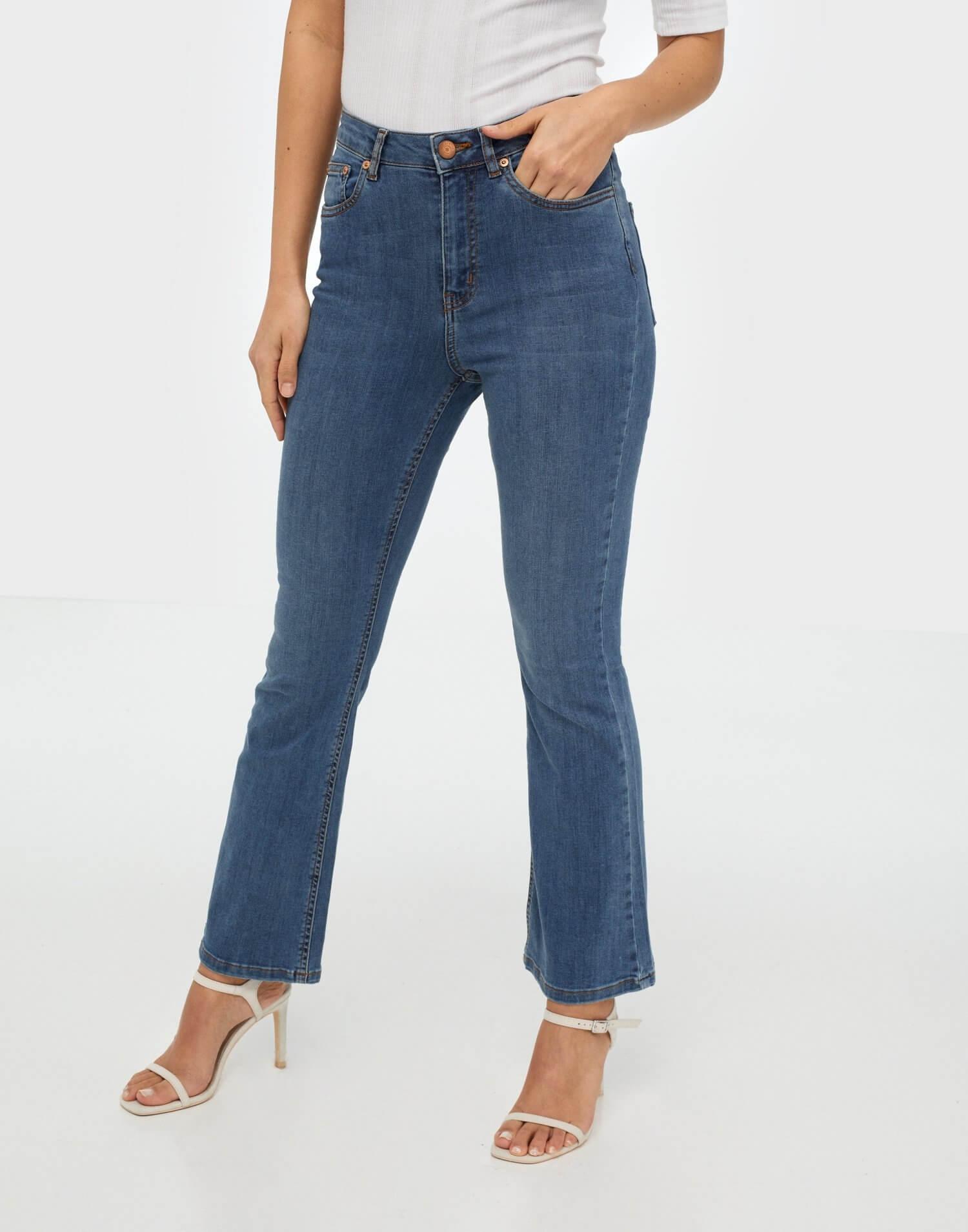 Blåa jeans i flared fit från Gestuz.