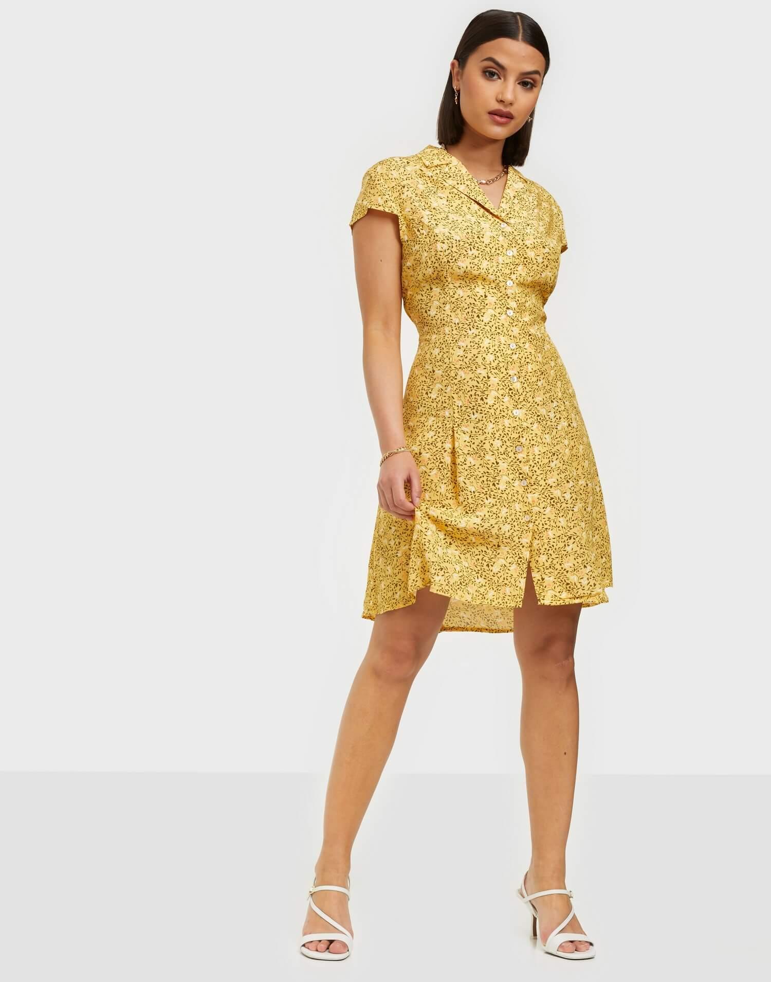 Gul klänning i skjortmodell från Vila.