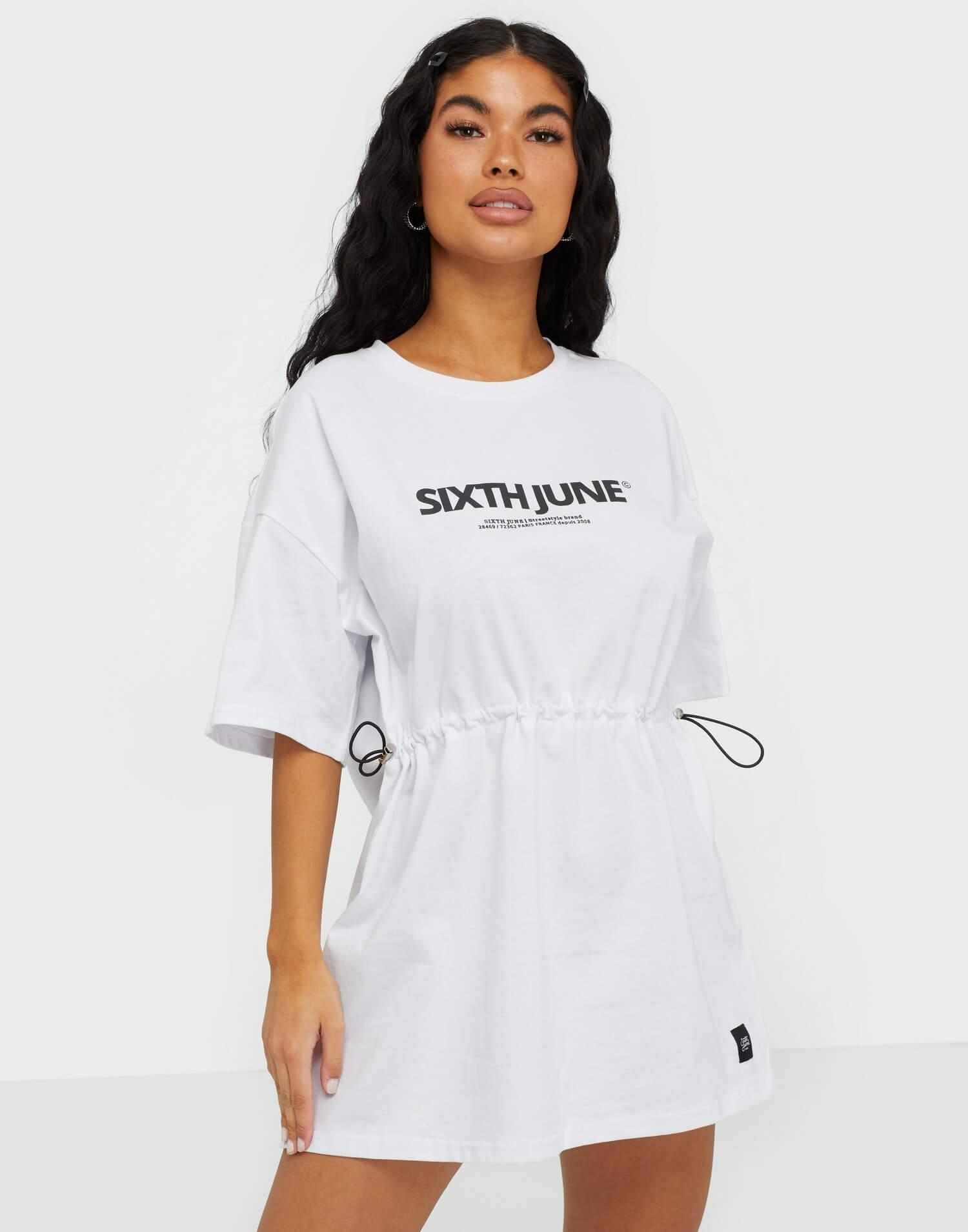 En vit, sportig T-shirt-klänning från Sixth June.