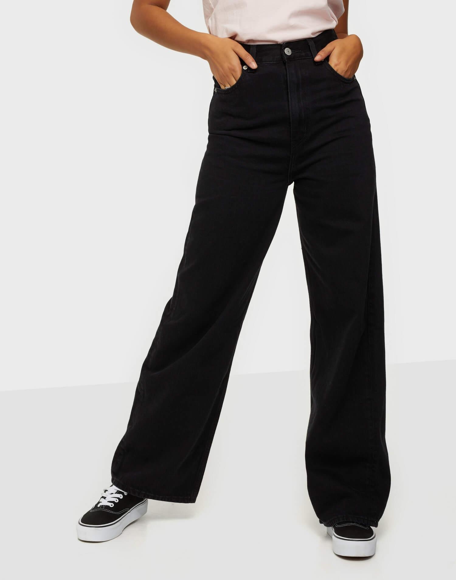 Svarta jeans i loose fit från Levi's.