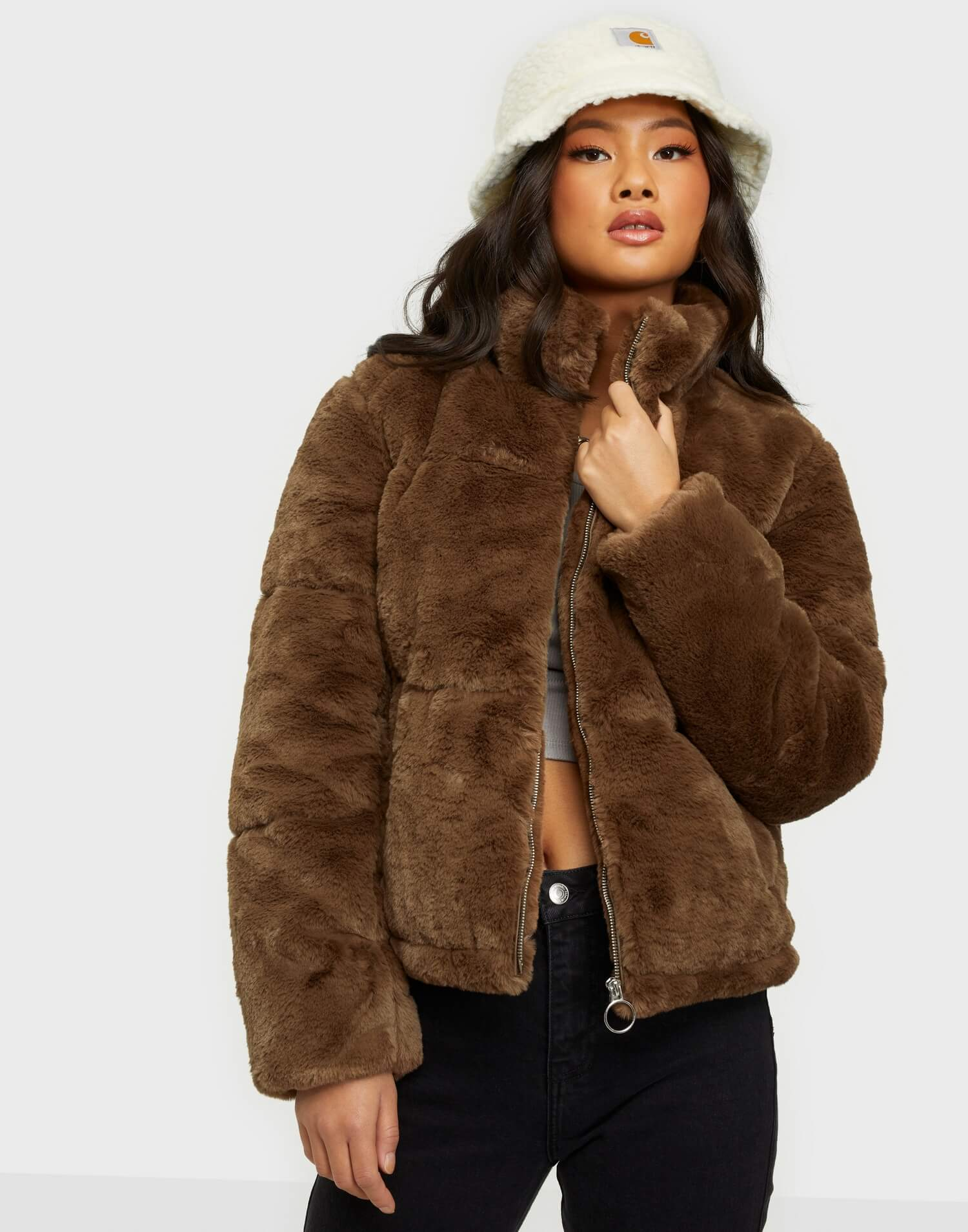 En brun fuskpälsjacka från Jaqueline de Yong.