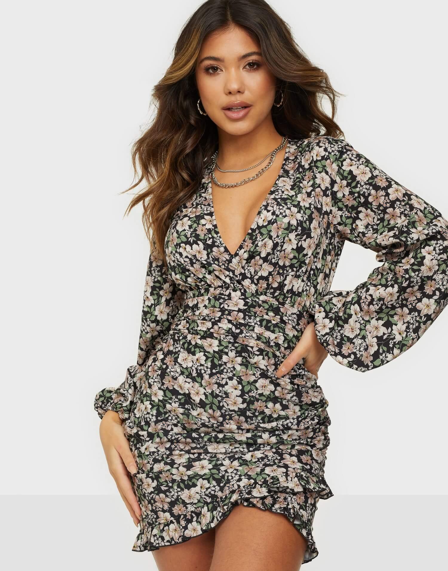 Miniklänning med blommigt motiv från NLY Trend.