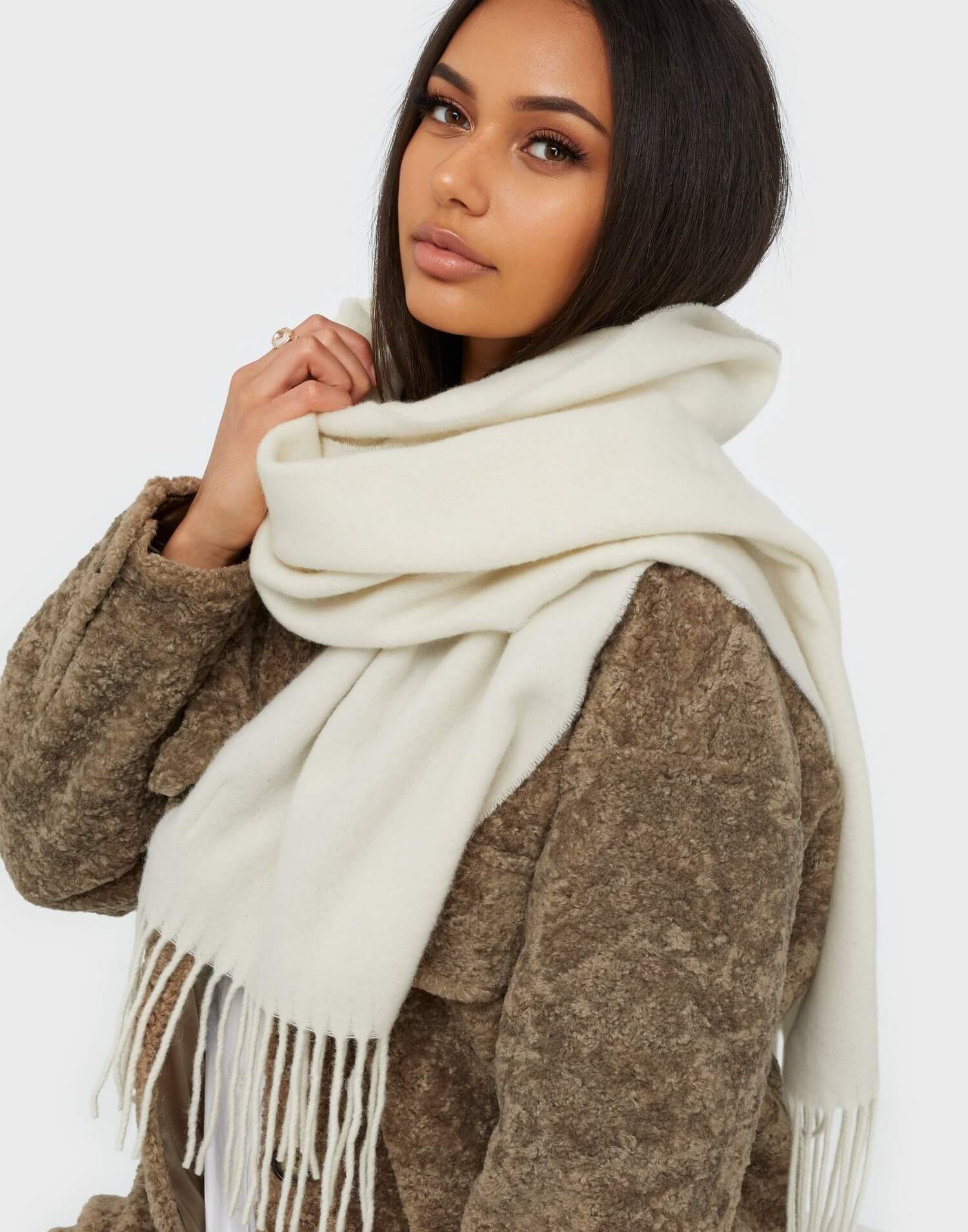 En vit halsduk från Dagmar tillverkad av ull.