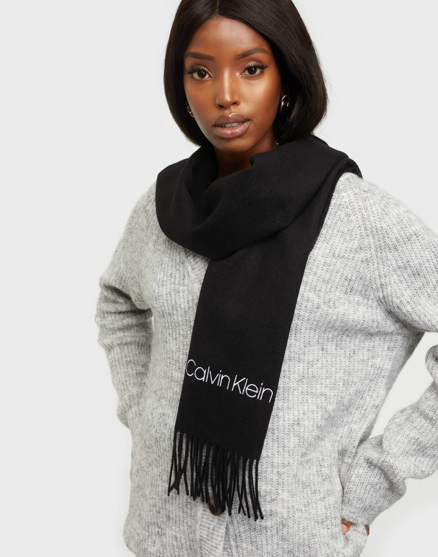 En svart halsduk med logotyp från Calvin Klein.